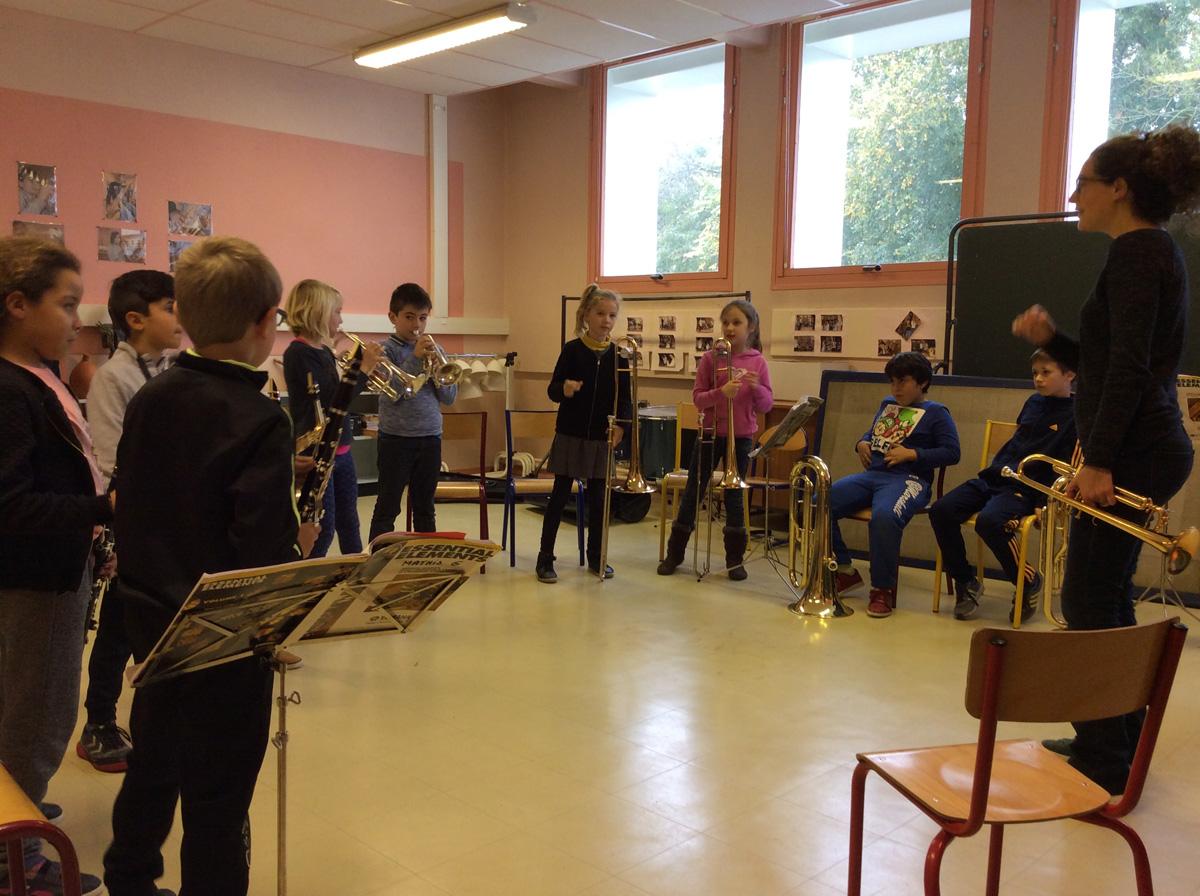 Les cm1 font l'orchestre avec Jean-Baptiste et Airelle Besson. On voit les Clarinettes, lesSaxophones, les Cornets, les Trombones, et les Tubas.