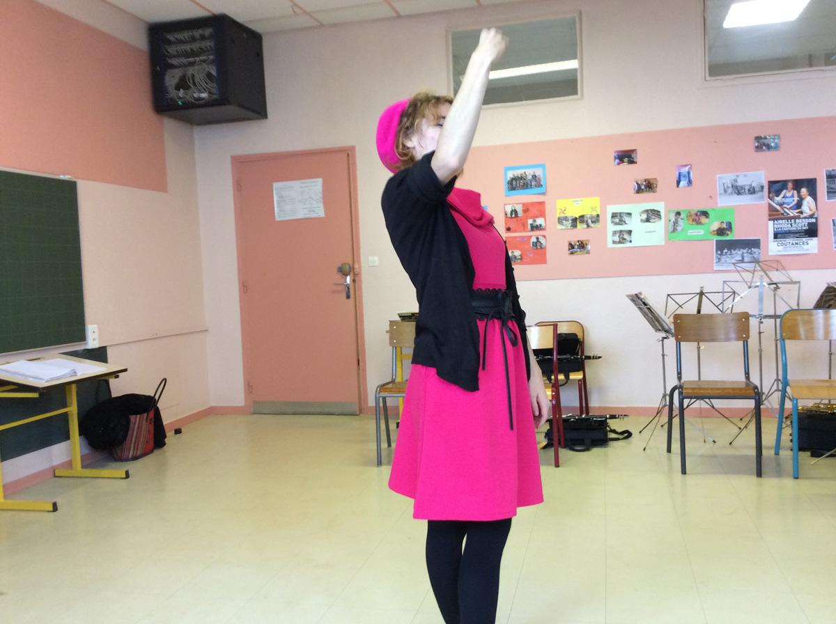 Clémence Colin est une dame  sourde. Comme elle ne parle pas elle fait des signes. Elle est venue dans notre école Claires Fontaines pour faire du chansigne avec les cm1.